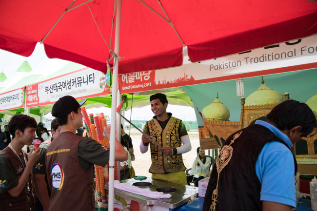 A man serves ice cream at the Pakistani food booth at the 2017 Global Gathering in Busan. (BFIC)