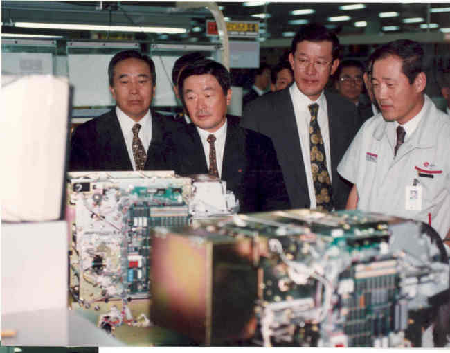 LG Chairman Koo (second from left) and then-LG Cable Chairman Huh Chang-soo (third from left) visit LG Electronics' factory in Pyeongtaek, Gyeonggi Province, for an inspection in October 1995. (LG)