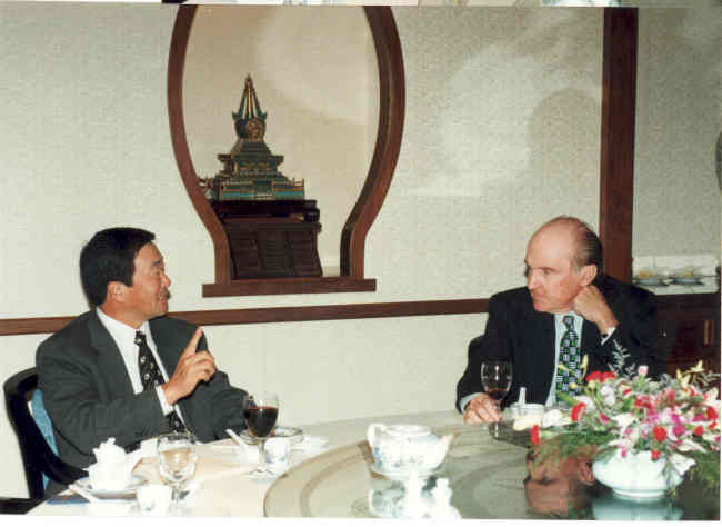 Koo (left) speaks with former General Electric Chairman Jack Welch during a meeting in October 1996. (LG)
