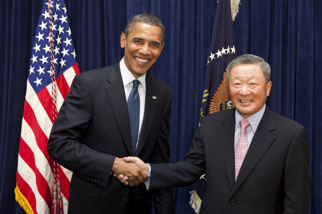 Koo poses with then-US President Barack Obama during a groundbreaking ceremony for LG Chem's electric vehicle battery plant in Holland, Michigan, in July 2010. (LG)