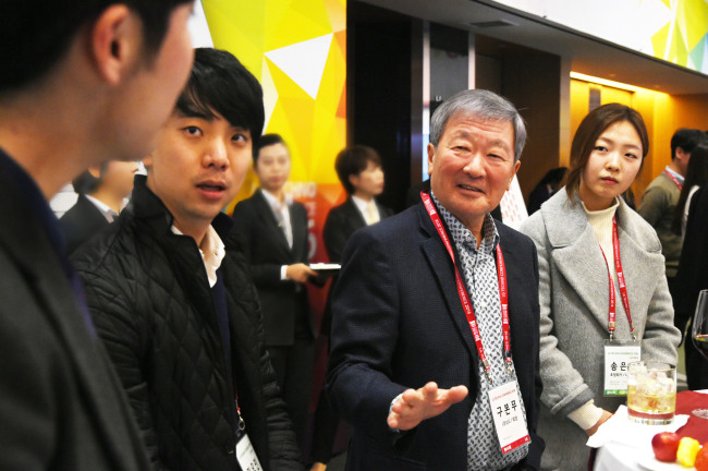 Koo speaks with graduate students at the LG Techno Conference in February 2016. (LG)