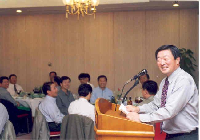 Koo speaks during a board meeting in 1998. (LG)