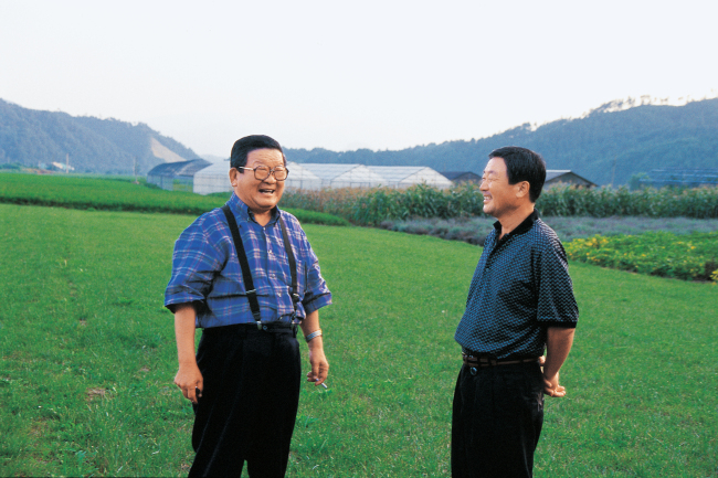 Koo (right) speaks with honorary Chairman Koo Cha-kyung (left) in August 1999. (LG)