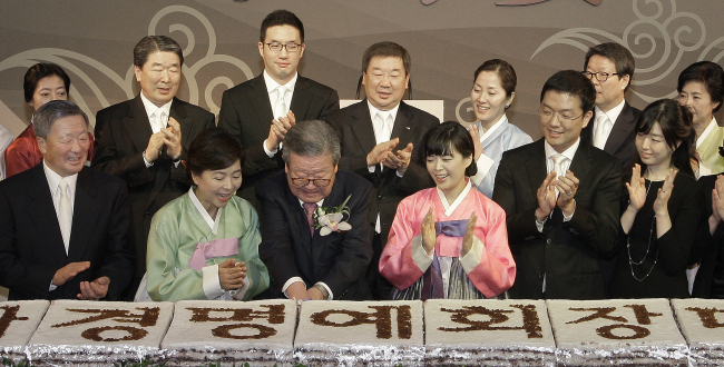 Late LG Group Chairman Koo Bon-moo (first row, far left) and heir apparent Koo Kwang-mo (second row, third from left) participate in the senior Koo's father Cha-kyung's 88th birthday party in April 2012. (Yonhap)