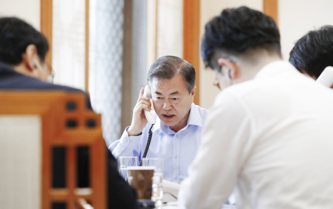 President Moon Jae-in speaks with US President Donald Trump on Friday. Yonhap