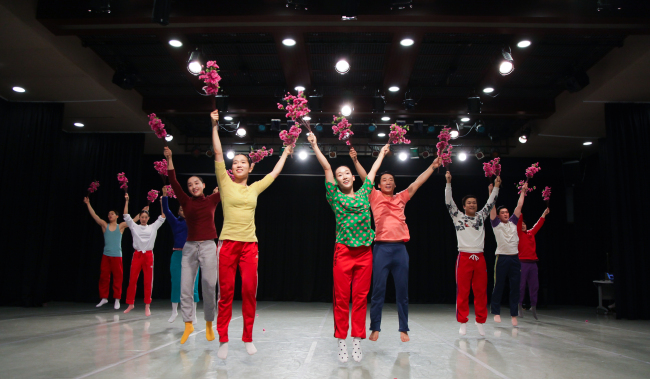"""Members of the Eun-Me Ahn Dance Company rehearse """"North Korea Dance by Eun-me Ahn"""" at the Korea National University of Arts on May 14. (Korean Traditional Performing Arts Foundation)"""