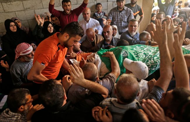 Palestinian mourners carry the body of 51-year-old Nasser Ghorab during his funeral in al-Nusirat refugee camp in the central Gaza strip on May 16, 2018, who was killed the day before during clashes along the border with Israel as protesters marked the 70th anniversary of Nakba -- also known as Day of the Catastrophe in 1948 -- and against the US' relocation of its embassy from Tel Aviv to Jerusalem. (AFP/Yonhap)