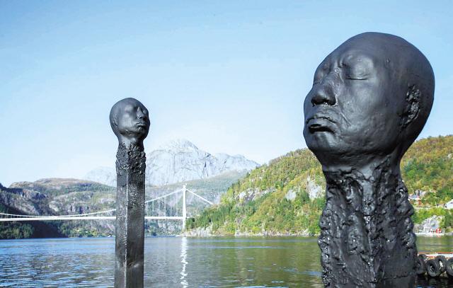 """Wolfgang Stiller's """"3Matchmen stick"""" (Changwon Sculpture Biennale)"""