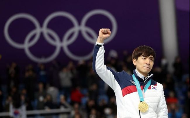 In this file photo from Feb. 24, 2018, South Korean speed skater Lee Seung-hoon holds up arm after winning gold in the men`s mass start during the 2018 PyeongChang Winter Olympics at Gangneung Oval in Gangneung, 230 kilometers east of Seoul. (Yonhap)