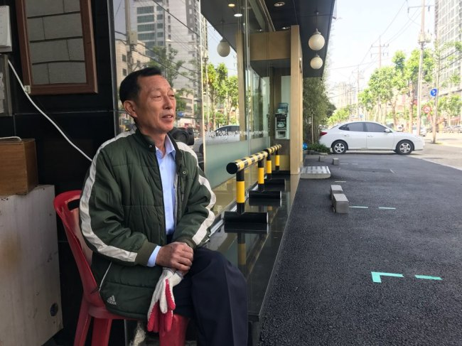 Kim Sung-jin, a 54-year-old valet driver, waits Thursday to return cars to customers at a restaurant in Seoul. (Bak Se-hwan/The Korea Herald)