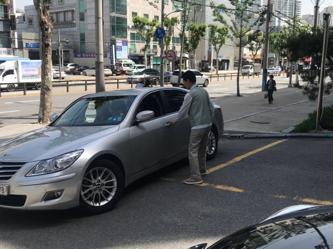 A noodle restaurant's valet driver takes a customer's car in Daechi-dong, Seoul. (Bak Se-hwan/The Korea Herald)