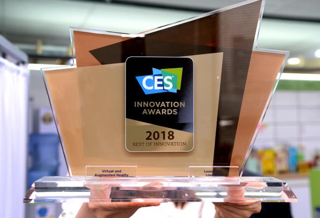 Looxid Labs' CES 2018 Award (Park Hyun-koo/The Korea Herald)