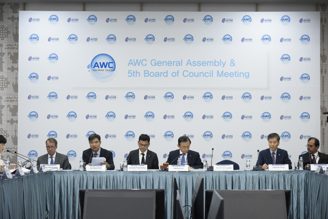 Lee Hak-soo (fourth from left), CEO of Korea Water Resources Corp., chairs the six annual meeting of the Asia Water Council in Bangkok. (K-Water)