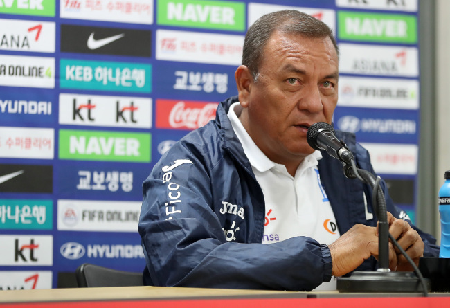 Honduran football coach Carlos Ramon Tabora speaks at a press conference in Daegu, South Korea. (Yonhap)