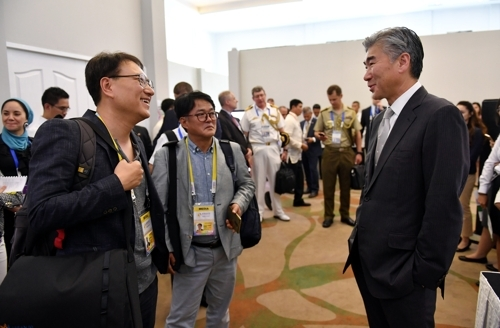 Amb. Sung Kim (right) talks to South Korean journalists in this file photo. (Yonhap)