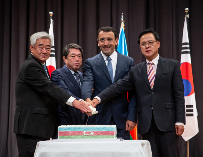 Azerbaijani Ambassador to Korea Ramzi Teymurov (second from right) poses with Moon Duk-ho (second from left), Korean ambassador for international security affairs at the Ministry of Foreign Affairs, Rep. Lee Myoung-su, chairman of the Korea-Azerbaijan Parliamentary Friendship Association, and President of the World Taekwondo Federation Choue Chung-won, at a National Day reception in Seoul on May 21. (Azerbaijani Embassy)