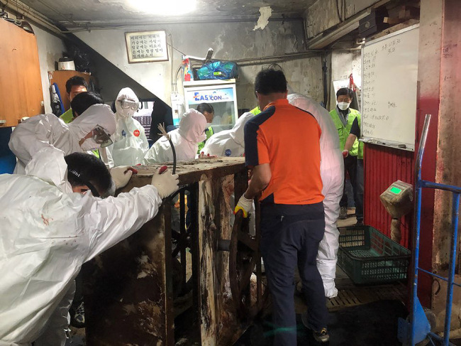 City officials dismantle the last remaining dog slaughter facility in what used to be Korea's largest dog meat market in Seongnam, Gyeonggi Province on May 25. (Yonhap)