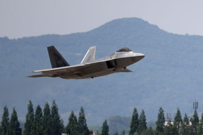 US F-22 Raptor fighter jet takes off at Gwangju airbase during Max Thunder drill in May. Yonhap