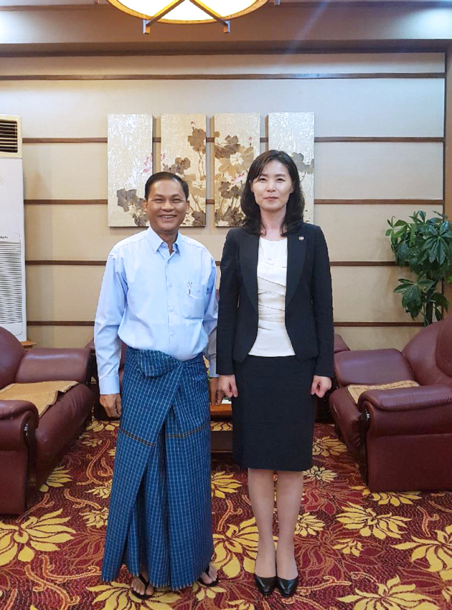 U Tun Tun Oo (left), attorney general of the Union Attorney General's Office of Myanmar, and South Korea's Legislation Minister Kim Oe-sook pose after their meeting in Naypyidaw, Myanmar, Thursday. (Ministry of Legislation)