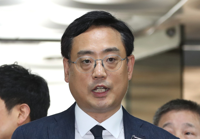 Conservative polemist Byun Hee-jae speaks to reporters ahead of his arraignment for alleged slandering of a news anchor and TV journalists on May 29, 2018. (Yonhap)