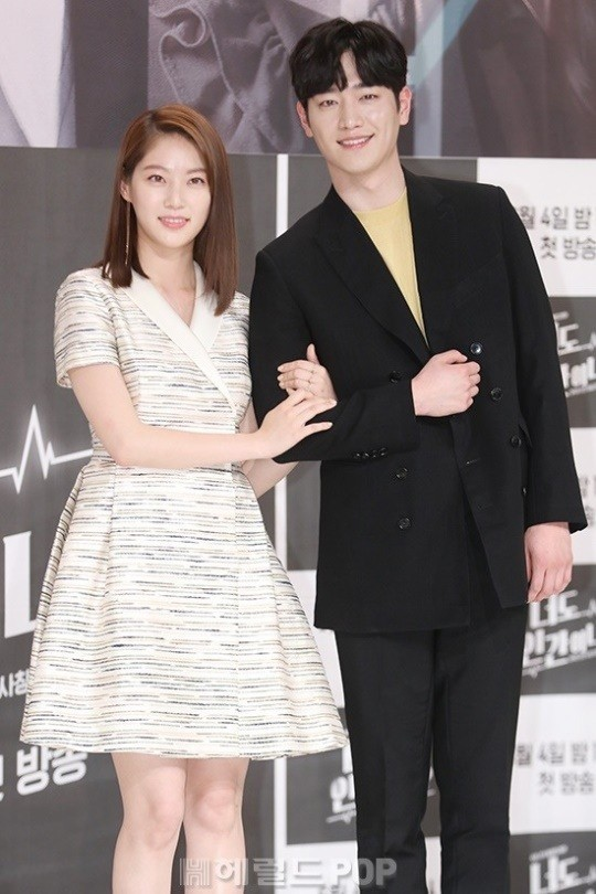 Gong Seung-yeon (left) and Seo Kang-joon pose for photos at a media event held Thursday at Times Square mall in Yeongdeungpo-gu, Seoul. (Herald DB)