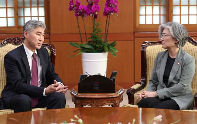 South Korean Foreign Minister Kang Kyung-wha (R) holds talks with US Ambassador to the Philippines Sung Kim at her office in Seoul on June 1. (Yonhap)