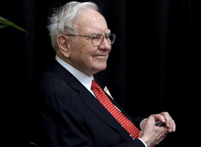Berkshire Hathaway CEO Warren Buffett plays bridge during the Berkshire annual meeting weekend in Omaha, Nebraska May 3, 2015. (Reuters)