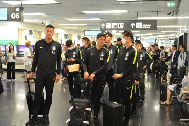 South Korea men`s national football team players arrive at Vienna International Airport on June 3, 2018, before moving to their pre-World Cup training camp in Leogang, Austria. (Yonhap)