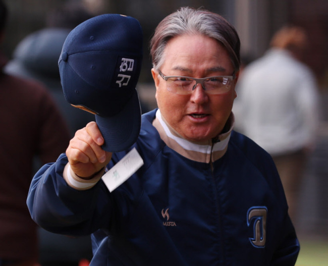 In this file photo from April 6, Kim Kyung-moon, then manager of the NC Dinos, waves to reporters after a Korea Baseball Organization regular season game against the Doosan Bears was canceled due to fine dust at Jamsil Stadium in Seoul. The Dinos replaced Kim with general manager Yoo Young-joon on June 3. (Yonhap)