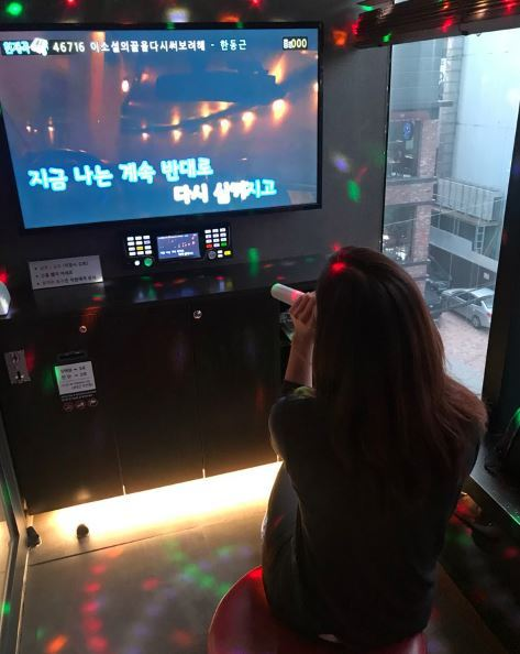 Afemale officeworkerpractices a song for 500 won. (Suh Engie)