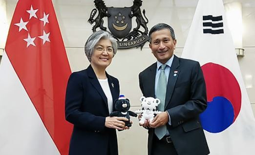 This photo, provided by Seoul`s foreign ministry, shows South Korean Foreign Minister Kang Kyung-wha (L) and her Singaporean counterpart Vivian Balakrishnan. (Yonhap)
