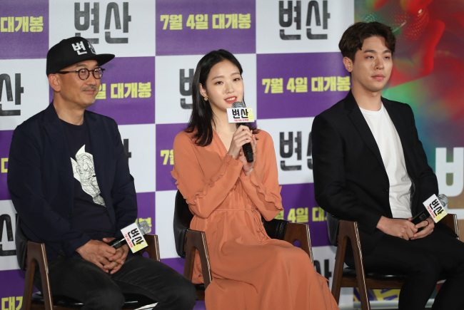"""From left: Park Jung-min, Kim Go-eun and Lee Joon-ik pose during a press conference for """"Sunset in My Hometown"""" in Seoul on Monday. (Yonhap)"""