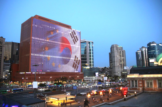 The facade of the Seoul Square building is illuminated with images celebrating 55 years of diplomatic relations between the European Union and Korea from Friday to Tuesday, after 8 p.m. (European Union External Action)