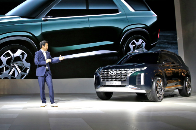 Lee Sang-yup, head of Hyundai Styling Team, introduces its second design concept car named HDC-2 Grandmaster Concept for the first time to the global auto market at the motor show in Busan on Thursday. (Hyundai Motor)