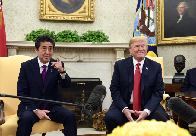 President Donald Trump meets with Prime Minister Shinzo Abe of Japan in the Oval Office of the White House, in Washington, June 7. (AFP-Yonhap)