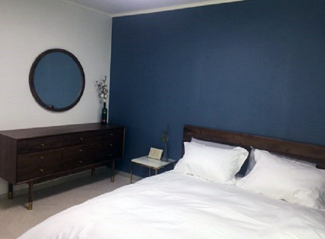 Shim Hye-min and her husband painted their walls a vintage queen blue. (Shim Hye-min)