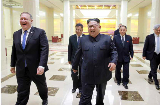 North Korean leader Kim Jong-un (center) met with US Secretary of State Mike Pompeo in Pyongyang on Wednesday. (Yonhap)