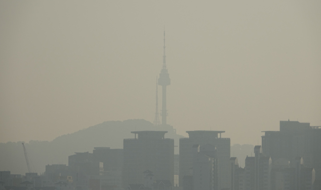 Namsan Seoul Tower in central Seoul is surrounded by thick air pollution. (Yonhap)