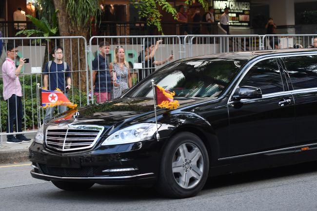Bystanders look at the bulletproof car carrying Kim Jong-un. (AFP-Yonhap)