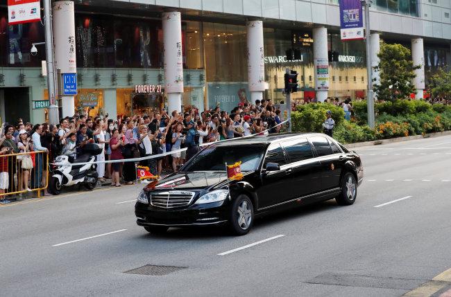 Kim Jong-un makes way to the Istana. (Reuters-Yonhap)