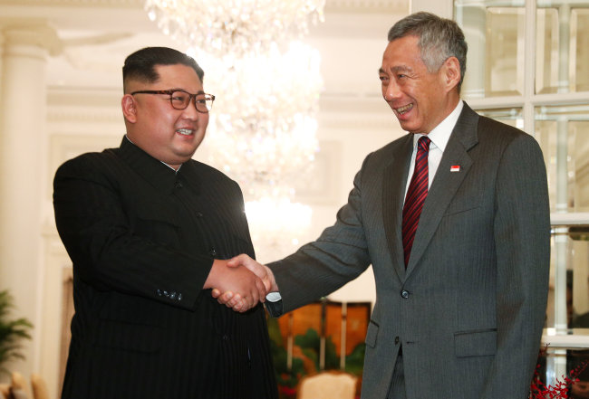 North Korea's leader Kim Jong-un shakes hands with Singapore's Prime Minister Lee Hsien Loong at the Istana in Singapore. (Reuters-Yonhap)