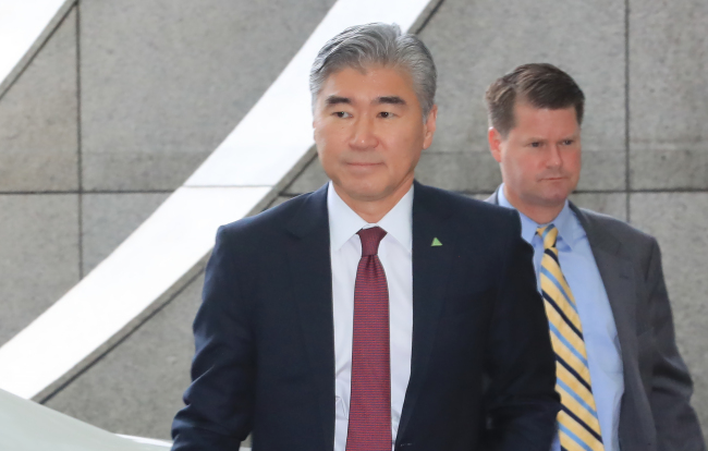 Sung Kim, a US diplomat, appears at a hotel in Singapore for working-level talks with North Korean officials on June 11, 2018. (Yonhap)