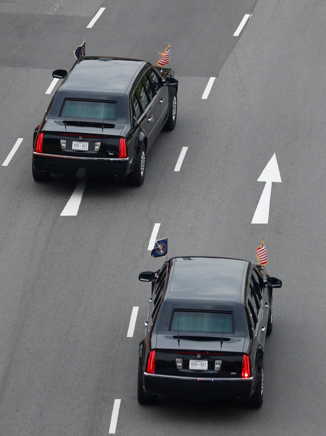 The motorcade of US President Donald Trump travels towards Sentosa for his meeting with North Korean leader Kim Jong-un, in Singapore on Tuesday. (Reuters-Yonhap)
