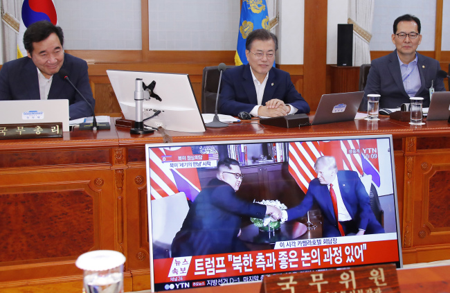 Moon Jae-in watches live broadcast of Trump-Kim summit from Seoul (Yonhap)