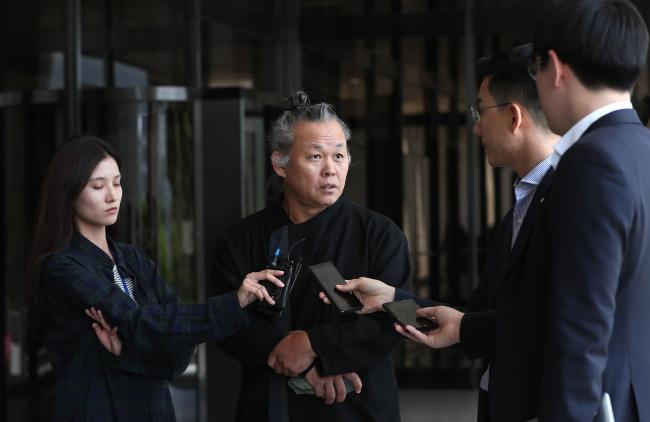 Filmmaker Kim Ki-duk speaks to press at the Seoul Central District Prosecutors' Office on Tuesday. (Yonhap)