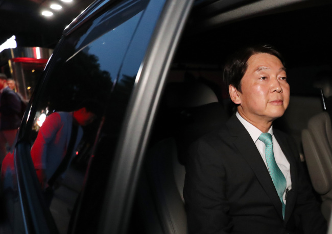 Ahn Cheol-soo of Bareunmirae Party leaves the party headquarters on Wednesday afternoon, after admitting his defeat in the Seoul mayoral race. (Yonhap)