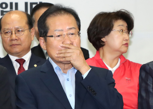 The Liberty Korea Party chief Hong Joon-pyo remains in silence, upon hearing the exit poll announcement on Wednesday. (Yonhap)