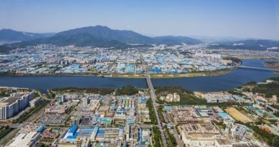 An industrial complex in Gumi, 261 kilometers southeast of Seoul, is shown in this photo provided by the Gumi city government on Jan. 23, 2018. (Yonhap)