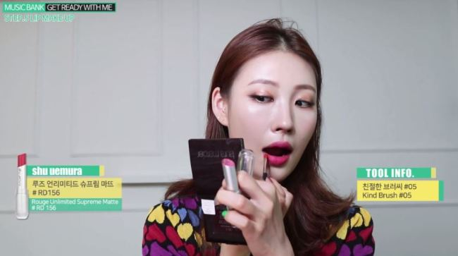 """Beauty YouTuber Risabae applies makeup using what is known as """"Risabae brush"""" before performing her song """"E.N.C"""" on KBS' """"Music Bank."""" (YouTube)"""