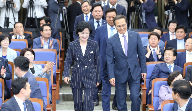 Democratic Party of Korea floor leader Hong Young-pyo (right) and the party chairwoman Choo Mi-ae. Yonhap